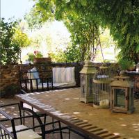 La pergola -terrazza in ferro ha Il tavolo in ferro e pietra così come le sedute