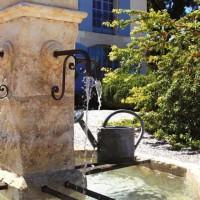 Nell 'imbrecciata dell'ingresso il caratteristico fontanile provenzale