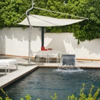 Nel giardino della villa di Posillipo si staglia una piscina