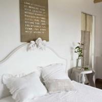 La camera padronale: semplicità degli arredi e bei tessuti