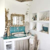 Muratura, piastrelle turchesi e decorazioni marine per il bagno padronale