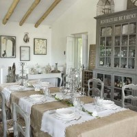 La sala da pranzo con credenza e sedie provenzali