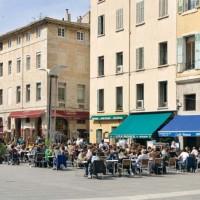 Tavoli all 'aperto a Cours d'Estiennes d'Orves