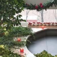 Le pareti esterne del terrazzo sono decorate con fascine di rami di salice e colorati addobbiLe pareti esterne del terrazzo sono decorate con fascine di rami di salice e colorati addobbi