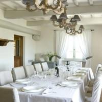 Nella sala da pranzo, alcuni dettagli d'arredo che donano un'atmosfera rarefatta e d'ispirazione francese.