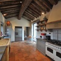 La cucina con travi in legno, ricavata nella vecchia cappella