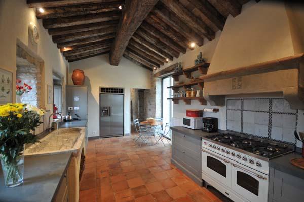 come fare solaio in legno in una piccola stanza : ... Vista : La cucina con travi in legno, ricavata nella vecchia cappella