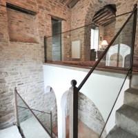 Nella hall si sviluppa una scala in pietra