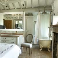 Nella camera padronale trovano posto una vasca da bagno francese e un lavabo
