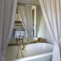 La vasca e i pavimenti della dimora lastricati in cotto artigianale e originario