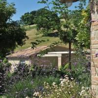 Salvia e numerosi fiori e piante colorate popolano questo giardino