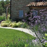 Il casale e i fiori che ricamano il giardino marchigiano