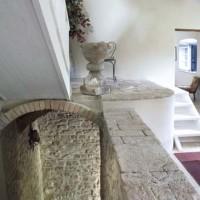 L'ingresso con le mura in pietra a vista