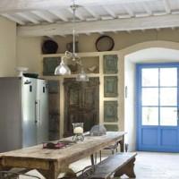 Cucina con soffitto in travi dipinte di bianco