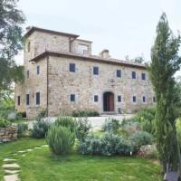 La facciata della villa e un giardino aromatico con le principali essenze locali .