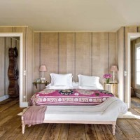 La camera da letto, l'attenzione per i tessuti e un orologio a pendolo dal sapore gustaviano