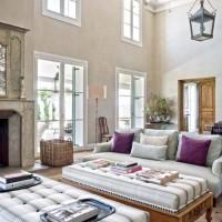 Il salone a doppia altezza con i divani e i tavolini, originariamente letti