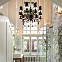 Il bagno padronale ha la pavimentazione in marmo di alcantara