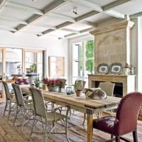 Una porta scorrevole a vetri congiunge la cucina e la sala per la colazione