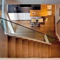 La scala in legno di rovere con il corrimano in vetro