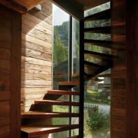 La scala in legno che collega i tre livelli