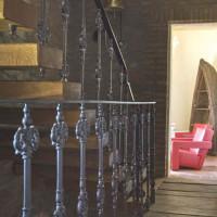 Scala in legno con ringhiera in ghisa