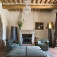Il soggiorno con pavimenti in cotto e solai in legno