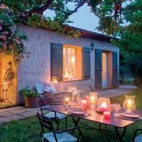 Una suggestiva veduta esterna della casa di campagna provenzale , vicino Grasse