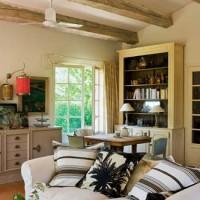Il soggiorno con mobili e arredi bianchi