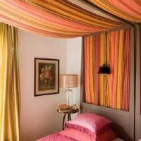 Romantiche tende in lino e drappi colorati arredano e rivestono i letti