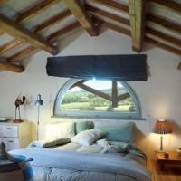 La camera da letto padronale gode di una splendida vista sulla campagna maremmana