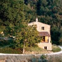 Veduta esterna della villa nel verde dell'Umbria