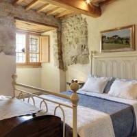La camera degli ospiti, formata da un letto ottocentesco, di origine umbra e da un baule in legno di abete