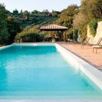 La piscina esterna della villa umbra