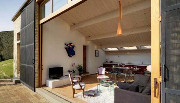 Architettura eclettica di un casale umbro ville casali for Interni di casali ristrutturati