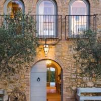Una facciata del casale rivestito con la pietra toscana