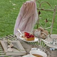 I tavolini esterni sui quali vengono serviti l'aperitivo e la prima colazione