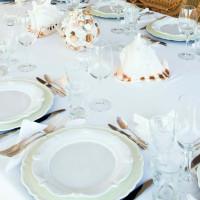Ceramica e posate di gusto provenzale e decorazioni marine sono protagoniste della tavola da pranzo