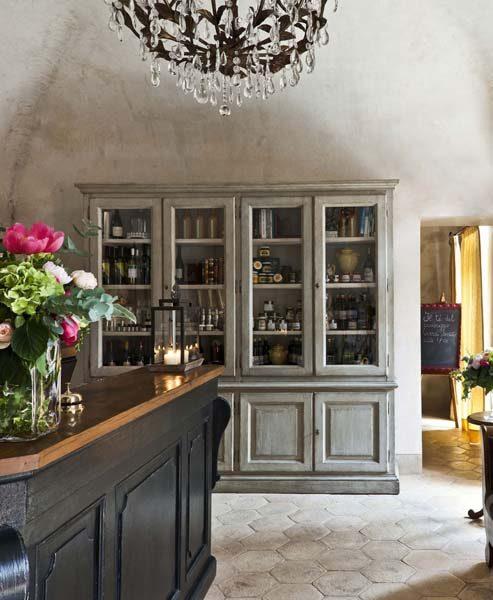 La reception, la cui struttura architettonica è a volte a crociera , è arredata con mobili recuperati artigianalmente