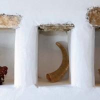 Su una parete dell'edificio sono stati inseriti alcuni antichi oggetti dell'artigianato greco