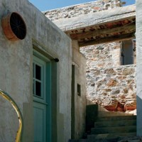 Solo due scale esterne, in pietra, colle gano la parte inferiore con quella superiore dell'abitazione di Serifos