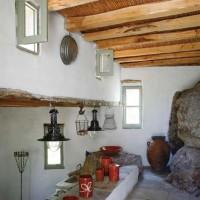 Un angolo della cucina caratterizzato dalla presenza della roccia viva e oggetti di artigianato locale