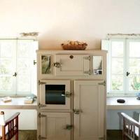 Uno scorcio della cucina con pavimento in pietra e travi in legno