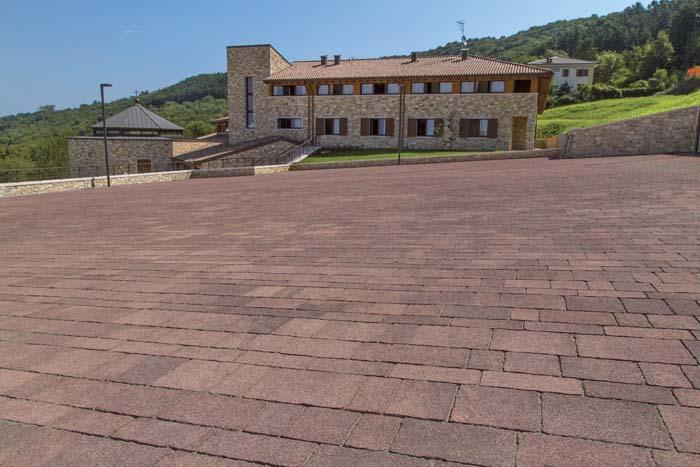 Pavimentazioni per esterni ferrari bk ville casali for Arredi esterni per ville