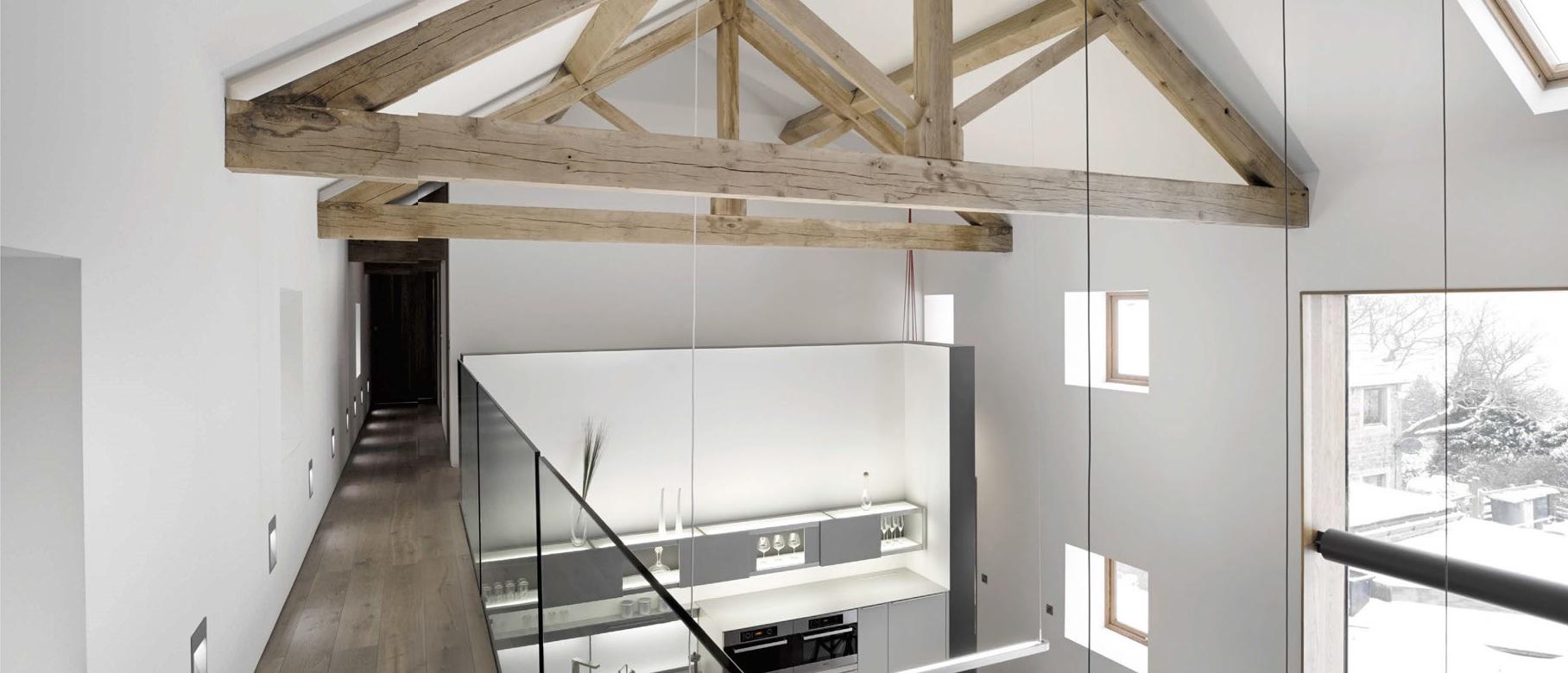 Una cucina a due piani in fienile ristrutturato ville casali for Piccoli piani casa moderna casetta