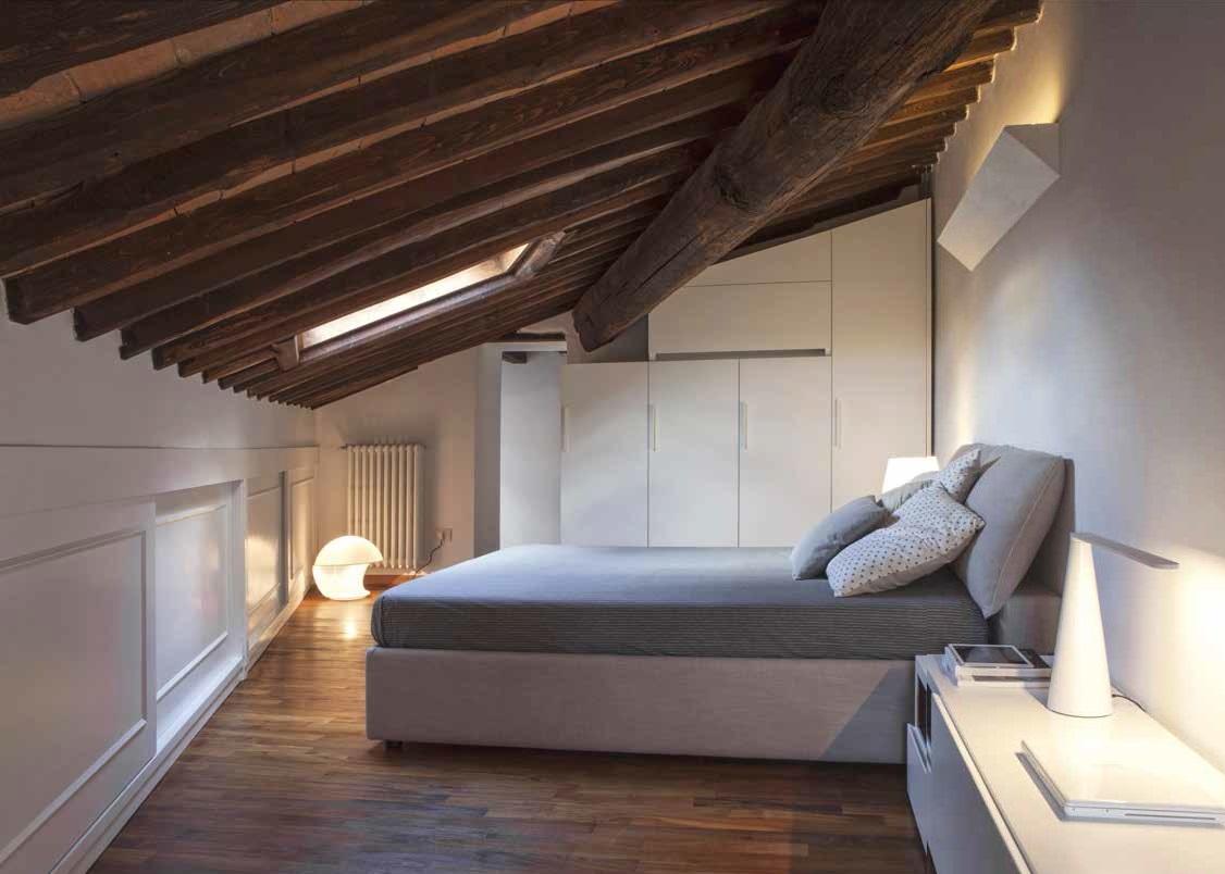 Arredi moderni e su misura in mezzo alla storia ville casali - Camera da letto sottotetto ...