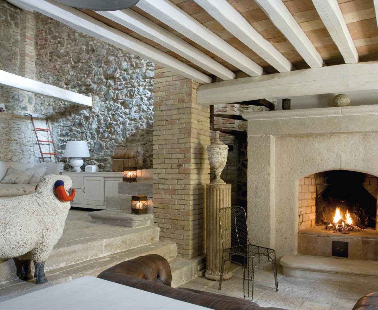 Un moderno loft chiuso in una pelle antica ville casali - Ristrutturare casale in pietra ...
