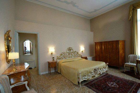 Eleganza e stile antico per le camere della Villa