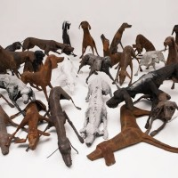 Sculture di cani in branco di Velasco Vitali