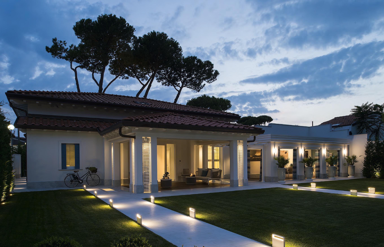 Ristrutturazione di una villa in total white ville casali for Architettura ville moderne